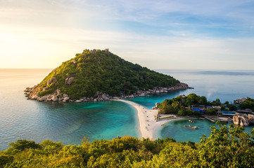 Obraz Ko Nang Yuan is a small island very close to Ko Tao. It is famous for its diving spots and its great snorkeling beach. - fototapety do salonu