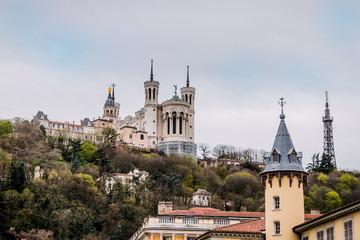 La basilique Notre -Dame-de-Fourvière à Lyon vu de Saint-Jean