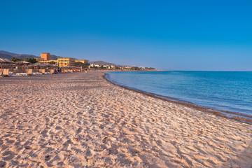 Wakacje w Egipcie. Plaża na wybrzeżu morza czerwonego przy ekskluzywnym hotelu.