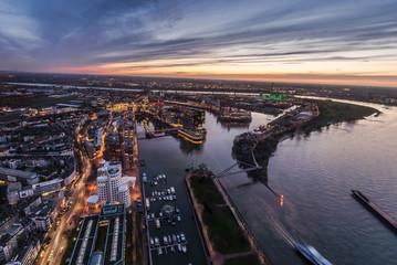 Rhein neben dem Medienhafen in Düsseldorf während dem Sonnenuntergang von oben