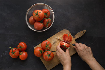 Slicing red tomatoes