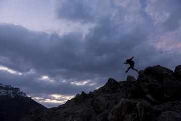 kayalıklardaki enerjik ve maceracı adam