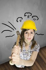 Ragazza muratore con il martello