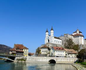 Aarburg in der Schweiz mit Schloss und Fluss vor blauem Himmel