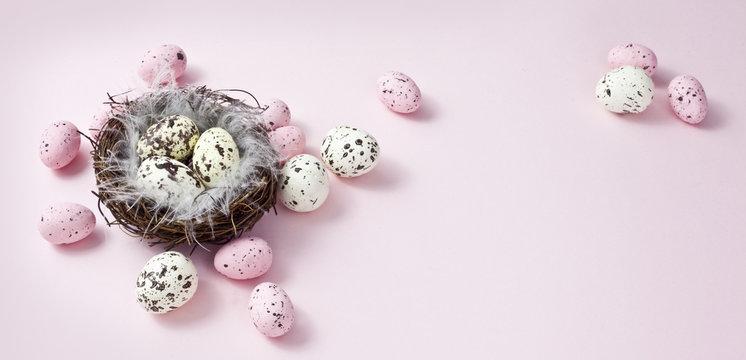 wielkanocna dekoracja na pastelowym, różowym tle, happy easter