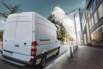 Lieferwagen fährt am Tag durch eine Stadt