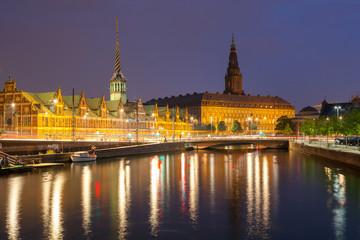 Foto auf Gartenposter Skandinavien Night view on Christiansborg Palace and Stock Exchange building over the channel in Copenhagen.