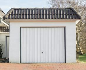 Garage mit weißem Tor