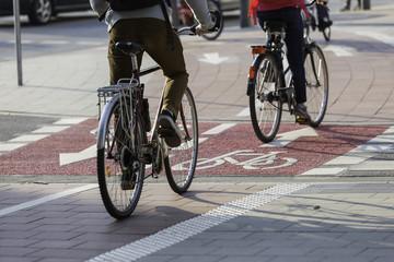 Räder auf Zweirichtungsradweg