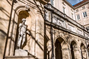 Statue dans le jardin du Cloître du Musée des Beaux Arts Palis Saint-Pierre à Lyon