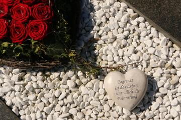 Grave, Grabgestaltung mit einem Herz und roten Rosen