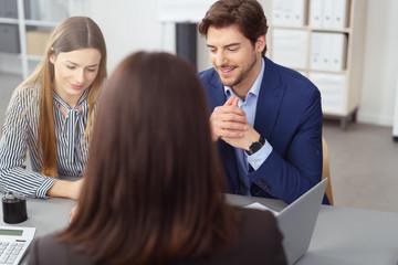 junges paar informiert sich in einem beratungsgespräch