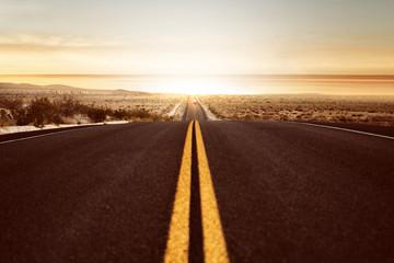 Straße führt in den Sonnenuntergang