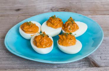 Gefüllte Eier mit kresse auf einem Teller