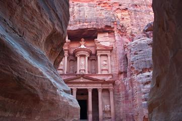 Giordania, 02/10/2013: la facciata di Al-Khazneh, il Tesoro, uno dei più famosi monumenti dell'antica città archeologica di Petra, visto attraverso le rocce del Siq, la gola di accesso al sito