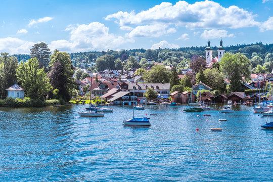 Tutzing am Starnberger See in Bayern unter weiß-blauem Himmel