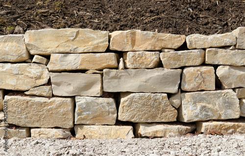 kalksteinmauer trockenmauer mauer naturstein gartenmauer frontal stockfotos und lizenzfreie. Black Bedroom Furniture Sets. Home Design Ideas