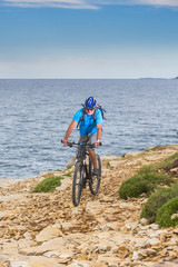 Senior Mountainbiker am Meer