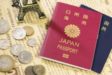 日本のパスポートとミニチュアエッフェル塔