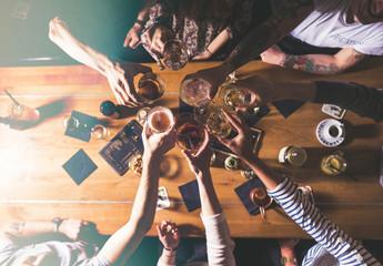Konzept mit Freunden anstoßen, feiern - Draufsicht