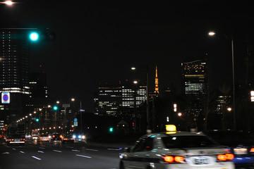 赤信号のビル街。東京・和田倉門近くの地下鉄大手町駅入り口付近から東京タワーを望む