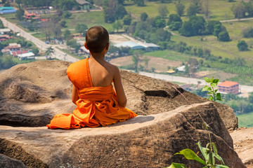 Junger Buddhistischer Mönch Meditiert