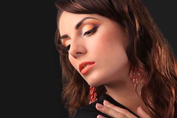 Make Up colorato giallo arancione professionale su modella bruna