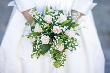 Mazzolino di fiori tenuto da una sposa