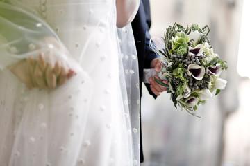 Bellissimo mazzolino mantenuto in mano da una sposa