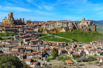 Vista panorámica de Frías, pueblo medieval en Burgos, España