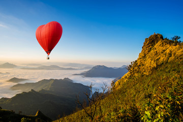 Poster Ballon Colorful hot-air balloons flying over the mountain