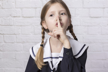 dziewczynka robiąca znak ciszy