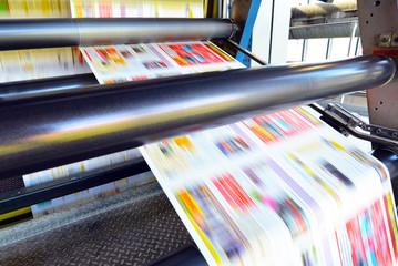 Rollenoffset Druckmaschine in einer Druckerei - Produktion von Zeitungen // Roll offset printing machine in a printing plant - production of newspapers