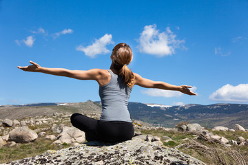 femme de dos qui respire dans les montagnes