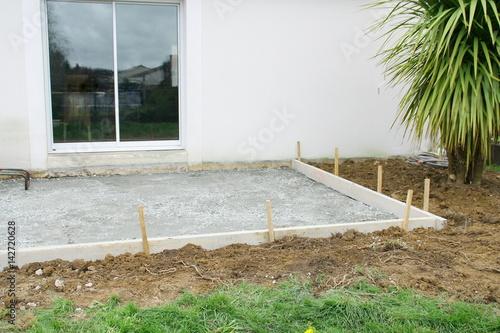 construction d 39 une terrasse empierrement coffrage devant maison photo libre de droits sur la. Black Bedroom Furniture Sets. Home Design Ideas