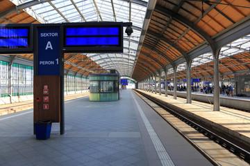 Peron kolejowy na dworcu głównym we Wrocławiu.