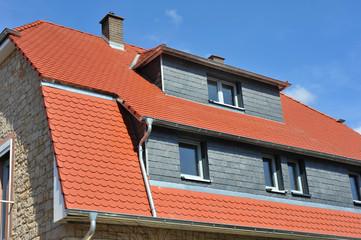 Ziegeldach mit modernisierten Dachgauben