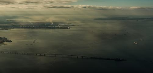 早朝の海ほたると光芒・東京・千葉の風景