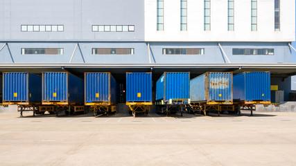 物流倉庫の搬入口(ドック)とコンテナ