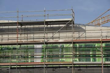 Baustelle mit neuen Fenstern und Gerüst
