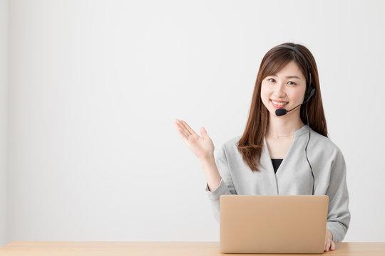 オペレーターの女性、電話、ノートパソコン、窓口、対応