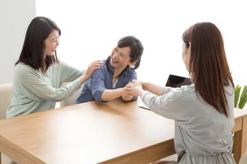 訪問営業をする女性、握手、成約、契約、主婦、親子、母、娘