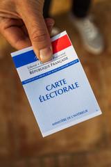 carte électorale tendue pour voter
