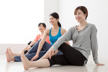 エクササイズをする女性、腰