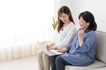 ノートパソコンを使う親子、母、娘、ガッツポーズ