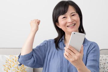 携帯電話を使う女性、ガッツ、ガッツポーズ
