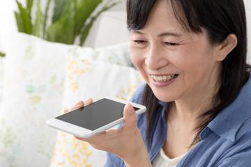 音声認識機能を使う女性、携帯電話、スマートフォン