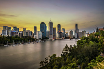 Fototapete - Sunset skyline of Brisbane city and Brisbane river  from Kangaroo Point Cliffs, Australia