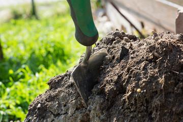 Schaufel bei der Gartenarbeit