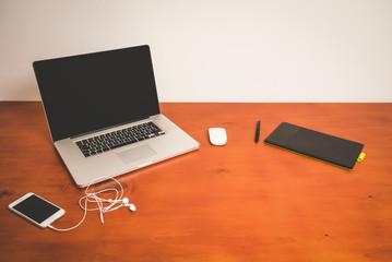scrivania con computer e mouse